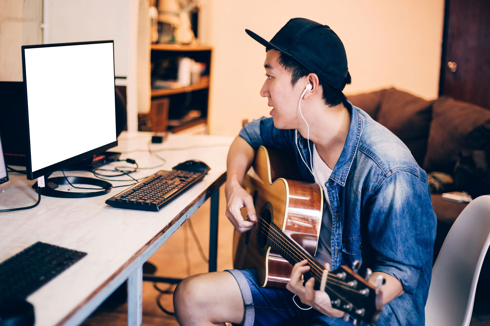Teen Learning To Play Guitar Online | Top 3 Sites To Help You Easily Learn To Play Guitar Online